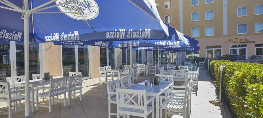 Hotellet præges af en varm og indbydende atmosfære, som mærkes både på terrassen, i restauranten og i barområdet.