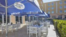 Das Hotel zeichnet sich durch eine warme und einladende Atmosphäre aus - auch auf der Terrasse und im Restaurant.