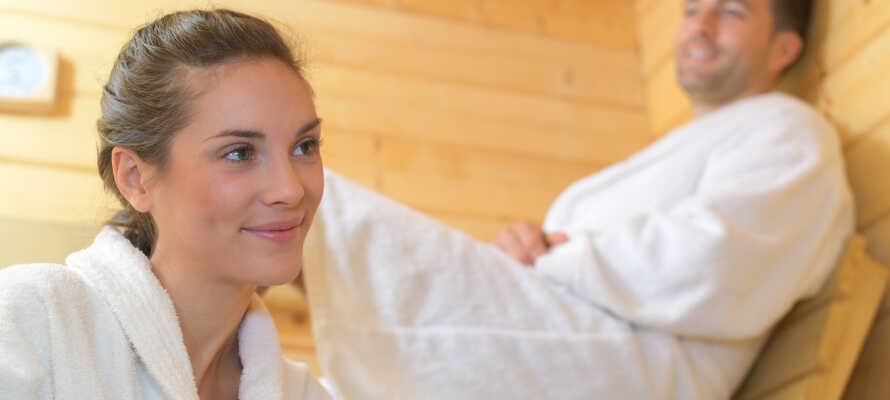 Lämna vardagsstressen hemma och njut av avkoppling med bastu och ångdag i hotellets wellnessavdelning.