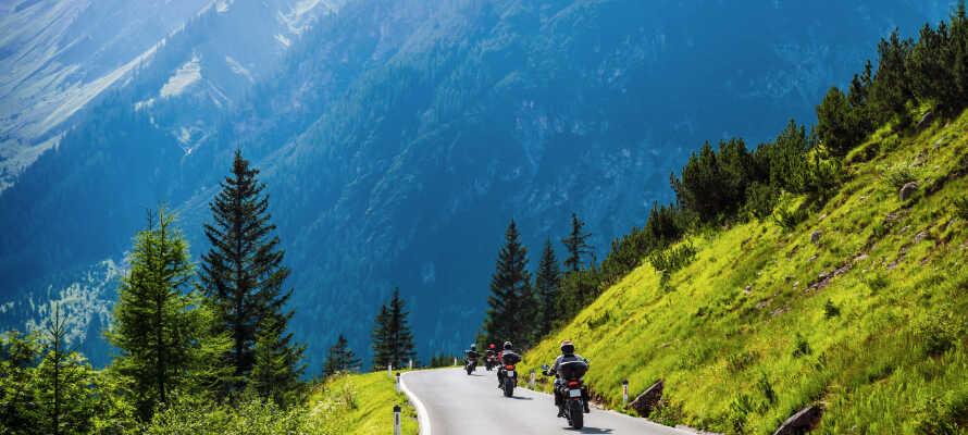 Hotellet ligger lige ved 'Tauern'-motorvejen (A10), og er en oplagt base for både bilferie og motorcykelferie i Østrig.