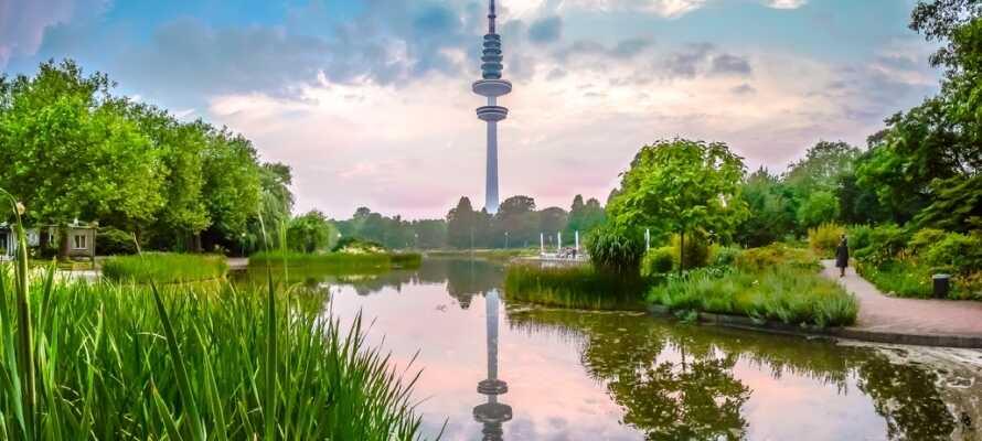 Ved Hamburgs højeste bygning, Fjernsynstårnet, finder I byens botaniske have, der er en dejlig grøn oase.