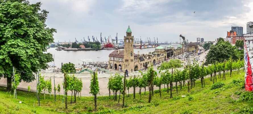 Hamnen i Hamburg är värt ett besök, från hotellet är det bara en kort promenad till piren Landungsbrücken.