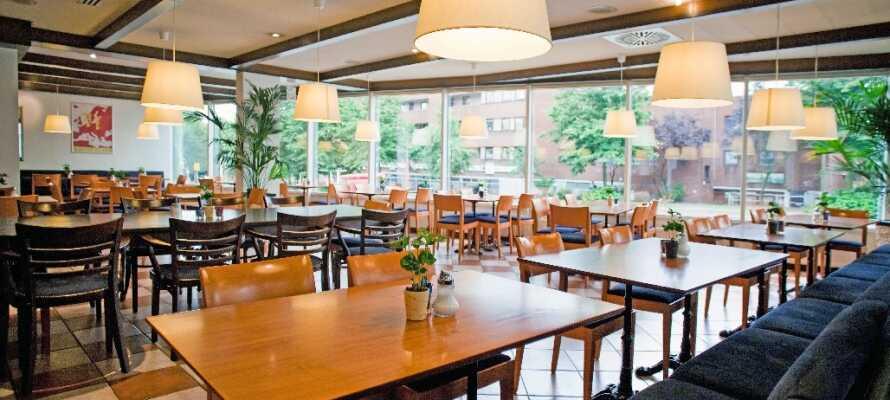 Hotellets frukostrestaurang serverar en traditionell och innehållsrik tysk frukostbuffé.