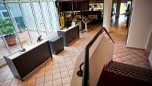 Hotellet er innredet i moderne og stilrene omgivelser.