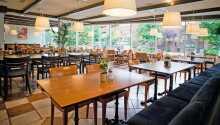 Das Hotel ist modern und stilvoll eingerichtet. Morgens wird ein Frühstücksbuffet serviert.