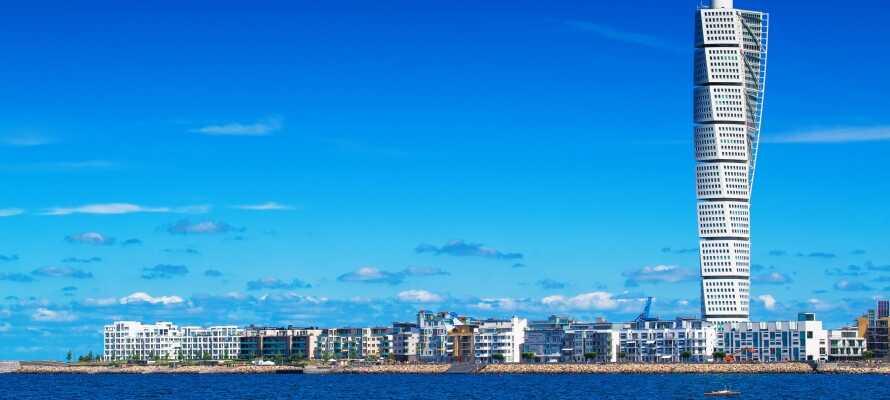 Hotellet ligger direkte ved byens færgeterminal, hvorfra der går afgange til steder som Travemünde, Rostock, Swinousjie, Klaipeda og Sassnitz.