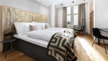 Hotellets Deluxe-værelser ligger på 6. etage og har højt til loftet samt udsigt enten over havet eller byens tage.