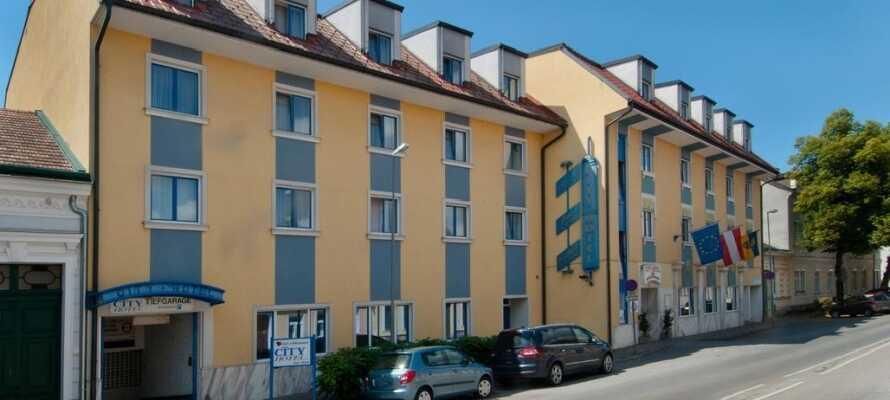 Hotellet ligger i utkanten av Wien nær togstasjonen for en reise inn til byens sentrum. Dere kan også velge å ta bilen dit, som tar ca. 15 minutter.