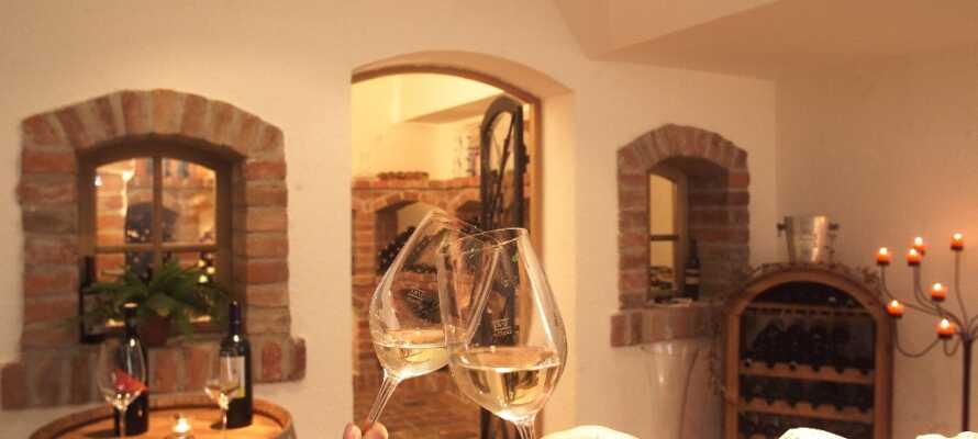 Das Hotel verfügt über eine eigene Weinbar, in der Sie eine Auswahl an österreichischen Weinen genießen können.