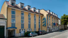 Hotellet ligger i utkanten av Wien men nära tågstationen. Tar ni bilen till centrum tar det cirka 15 minuter.