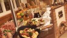 På hotellets härliga frukostbuffé kan ni ladda för en dag fylld av aktiviteter.