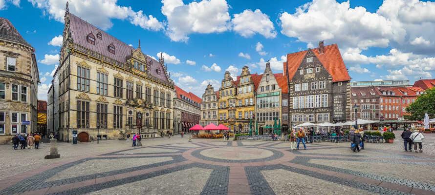 Udforsk de mange seværdigheder omkring byens hovedtorv, såsom det smukke rådhus.