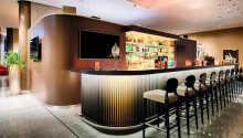Den hyggelige bar er det perfekte sted at slappe af med drink og en hyggesnak.