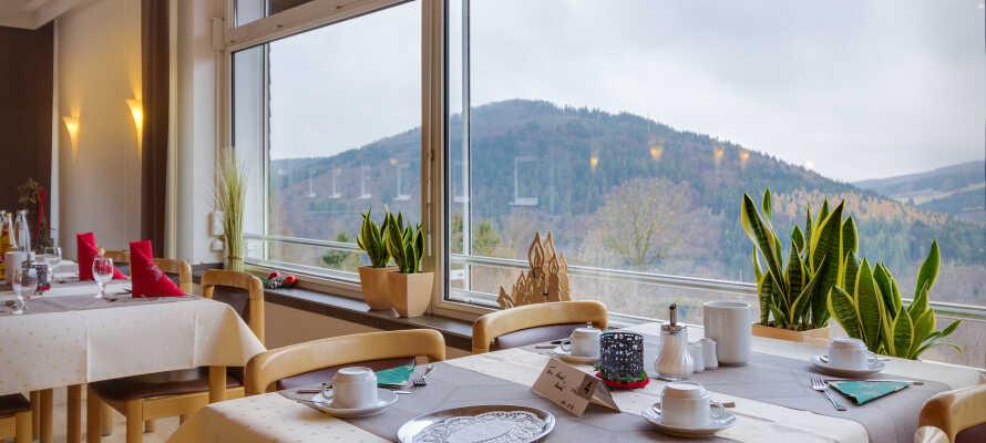 Nyd stemningen og den flotte panoramaudsigt fra de store vinduer i restauranten i godt selskab.