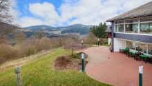 Hotellet har en dejlig terrasse, hvor I kan slappe af og nyde solen på en god dag.