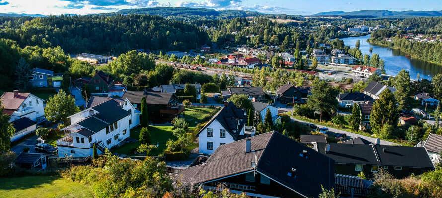 Das Hotel liegt in der charmanten Stadt Hønefoss, umgeben von wunderbarer Natur nahe am Storelven und Tyrifjorden.