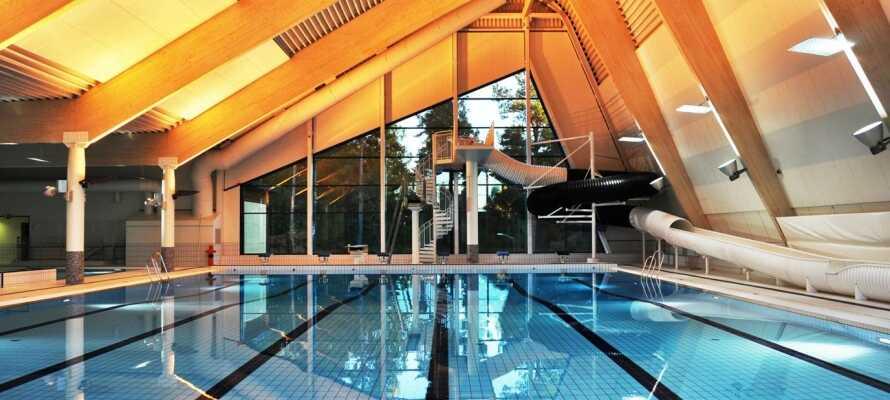 Der Aufenthalt ist inklusive des freien Eintritts zum Ringeriksbad, einer Schwimmhalle mit verschiedenen Schwimmbecken und Sauna.