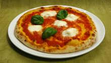 Hotellets italienske restaurant serverer lækre pizzaer, friskbagte fra stenovnen.