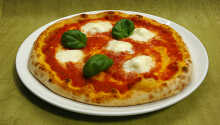 Das italienische Restaurant des Hotels serviert leckere Pizza, frisch aus dem Steinofen.
