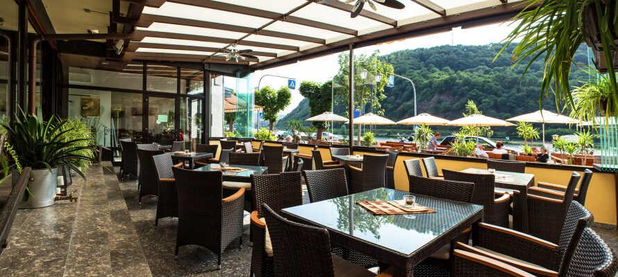 Under er vistelse kan ni äta god mat i hotellets restaurang och fika med goda bakverk på hotellets egna konditori