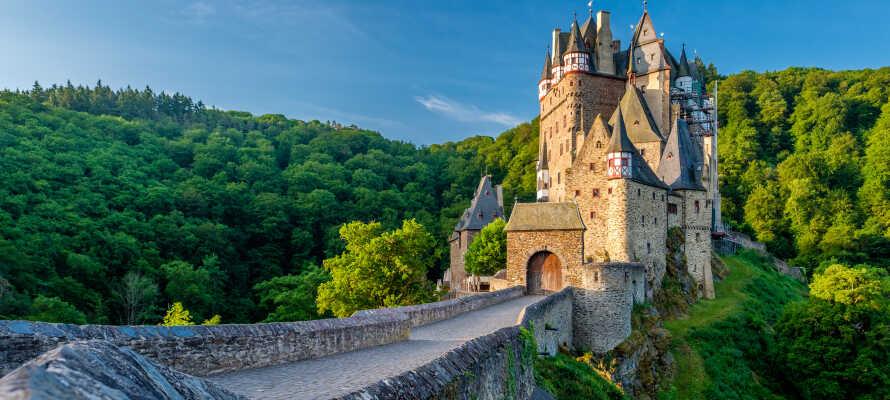 Machen Sie einen Ausflug mit Freunden zur Burg Thurant. Auf der anderen Seite der Mosel liegt auch Burg Eltz.