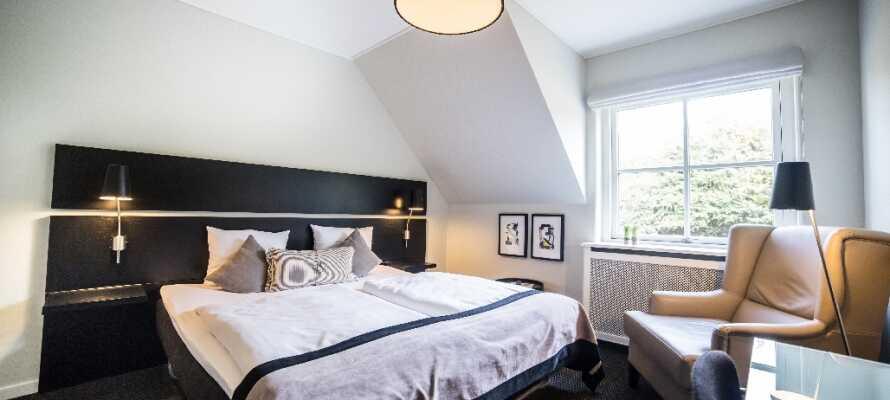 De flotte værelser er lyse og hyggeligt indrettet i behagelige farver.