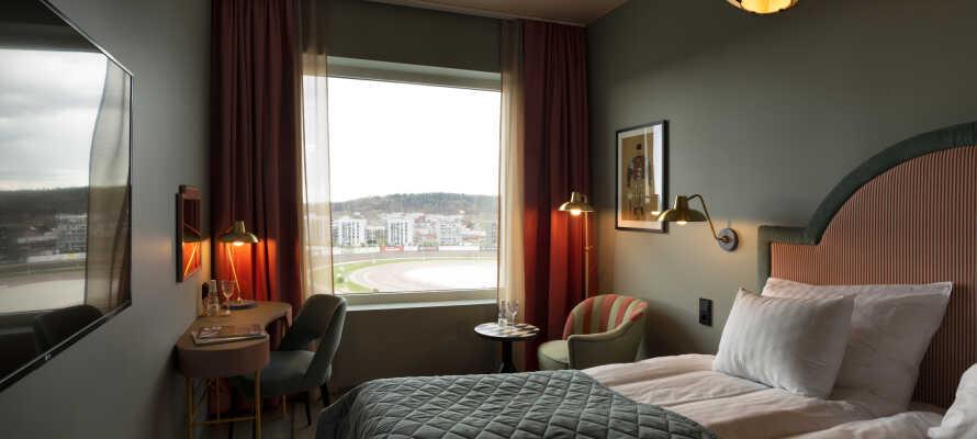 Die Zimmer bieten eine Klimaanlage, einen Schreibtisch, bequeme Betten, Kaffee- und Teezubehör sowie einen 49-Zoll-Flachbildfernseher mit Chromecast.