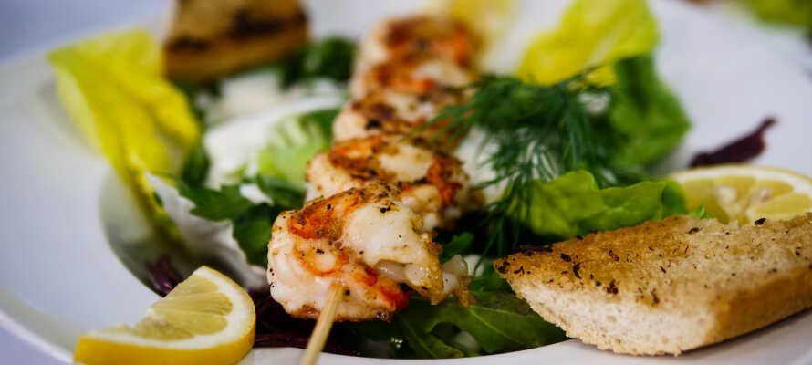 Nyd et godt udvalg af regionale og sæsonbetonede retter i den hyggelige restaurant.