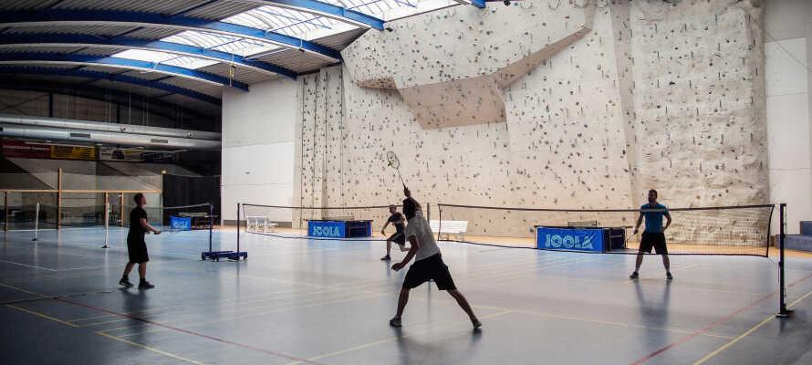 Die sportlichen Aktivitäten vor Ort umfassen Bowling, Tennis, Badminton, Squash, Tischtennis und eine 10 Meter hohe Indoor-Kletterwand.