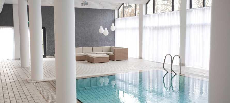 På hotellet finner dere et innendørs svømmebasseng, hvor dere kan få en forfriskende dukkert.