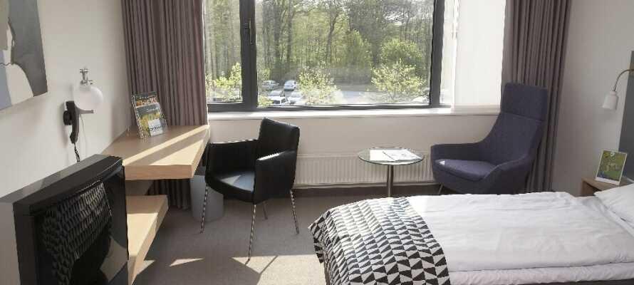 De flotte og indbydende værelser har udsigt til de grønne arealer