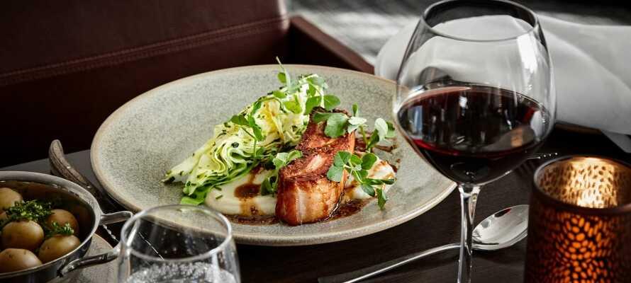 Efter en oplevelsesrig dag, kan I nyde en dejlig middag og et glas vin i hotellets restaurant