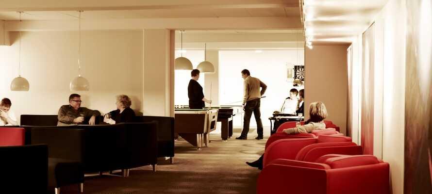 Fred og ro i de hyggelige omgivelsene på hotellet og nyt en drink eller ta et slag biljard.