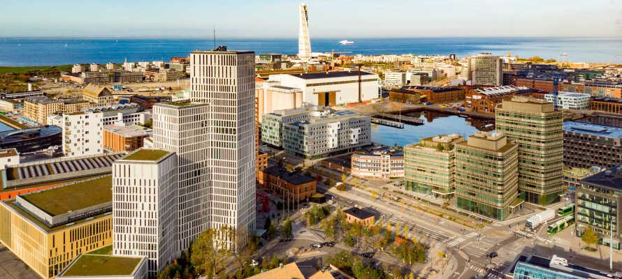 Ta tåget över Öresundsbron och kombinera Malmö med Köpenhamn.