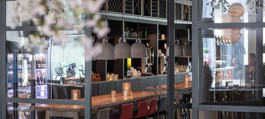 Starta och avsluta semesterdagarna på bästa sätt, med god mat och dryck i hotellets egna restaurang och bar.