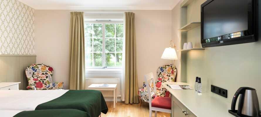 Här inkvarteras ni i trivsamt inredda rum, med eget badrum och bekväma sängar.