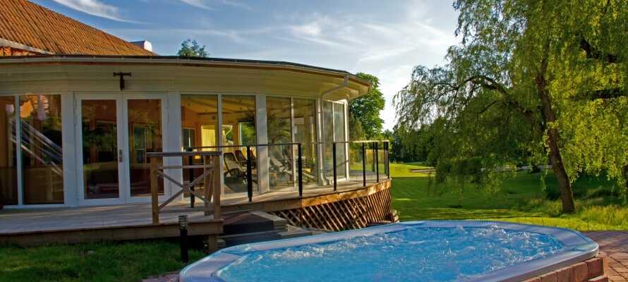 Dere har tilgang til både badstue og trening, og ikke minst det utendørs boblebadet som varmes opp hele året rundt.