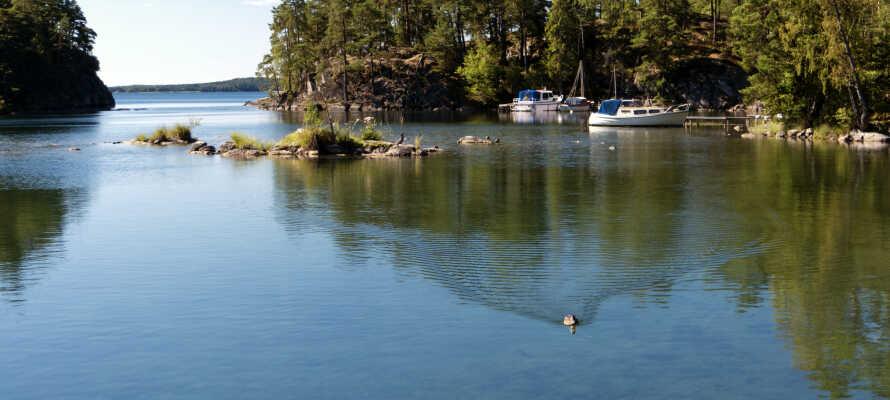 I bor tæt på Vänerns sydlige kyst, med gode muligheder for hyggelige gåture og badeture om sommeren.