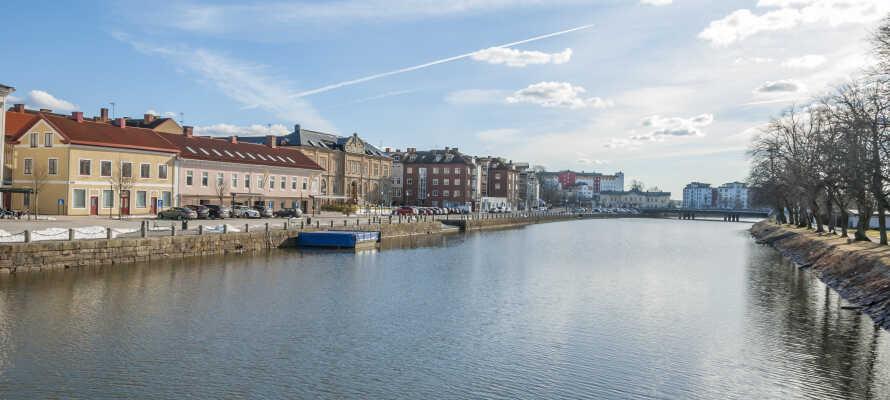 Besøg den charmerende by, Vänersborg, eller kør en tur ud til Trollhättefallet - mulighederne er mange.