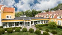 Hotellet ligger i naturskønne omgivelser i den sydlige ende af Vänern.