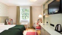 Rommene tilbyr en hyggelig og hjemlig innredning med komfortable senger.