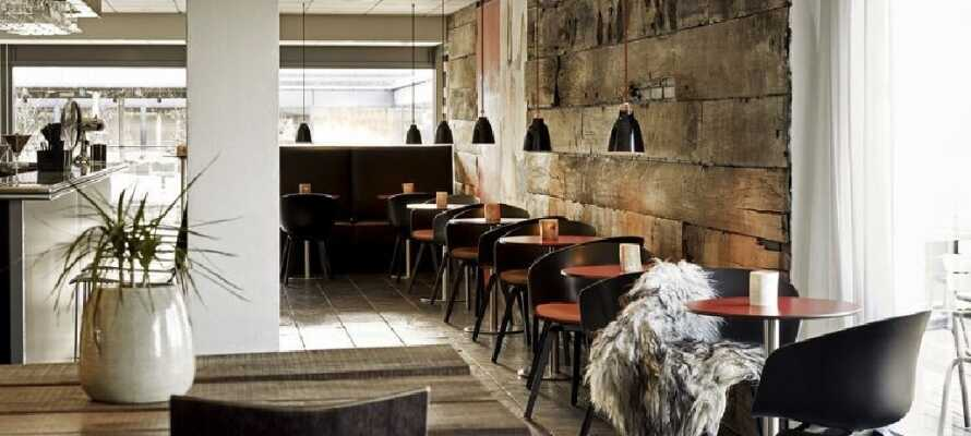 Njut av den härliga stämningen och det spännande dryckesutbudet i hotellets bar och lounge-avdelning.