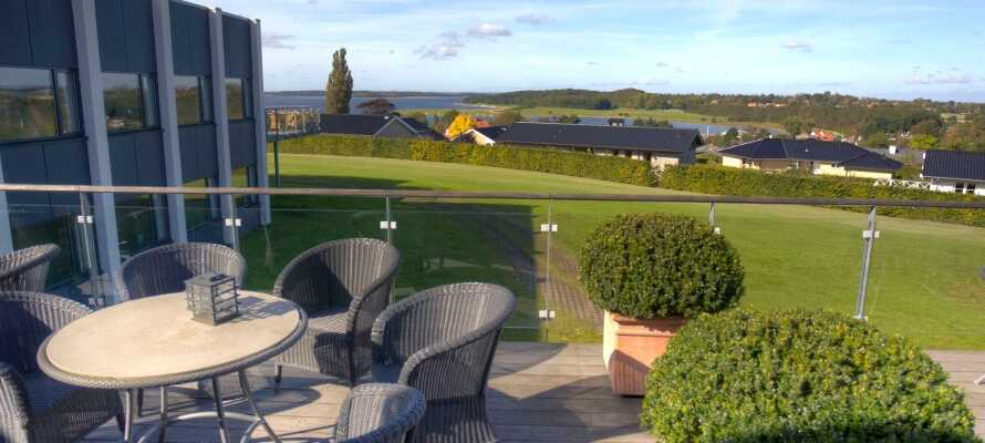Fra hotellets forskellige terrasser er der udsigt til grønne omgivelser og den idylliske fjord.