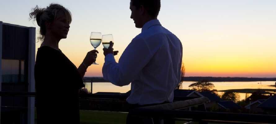 Dette 4-stjernede hotel ligger ved Roskilde Fjord med en smuk udsigt over vandet.