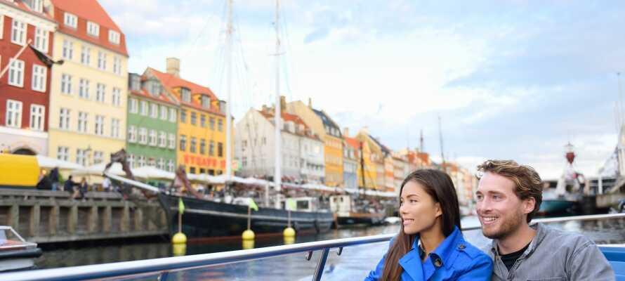 Från hotellets uteplatser är det utsikt över de gröna omgivningarna och den vackra fjorden.