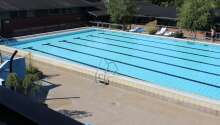 Hotellets oppvarmede utendørs svømmebasseng er 25 meter langt.