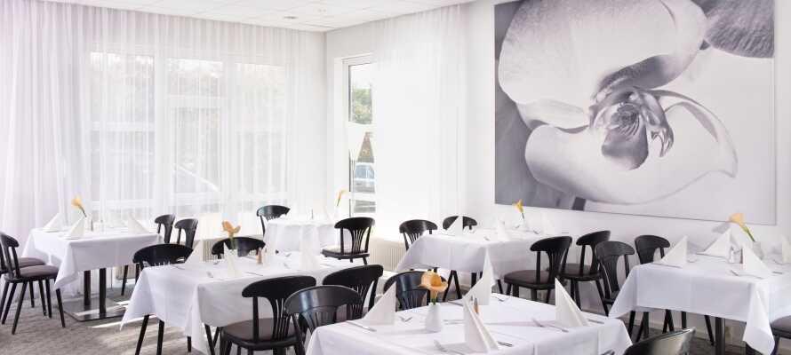 Spis middag i hotellets lyse restaurant eller nyd en kold øl på terrassen, når solen skinner