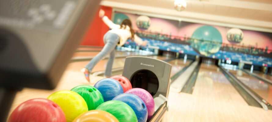 Utmana ressällskapet på en runda bowling i hallen som ligger bakom hotellet.