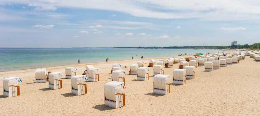 Det tager kun 35 minutter at køre en tur til Timmendorfer Strand, hvor I kan nyde en sommerdag i strandkurvene