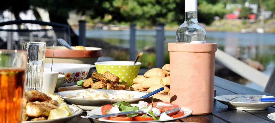 Nyt god mat og godt drikke i ferien. Hotellpakken inkluderer frokost og et lett kveldsmåltid.